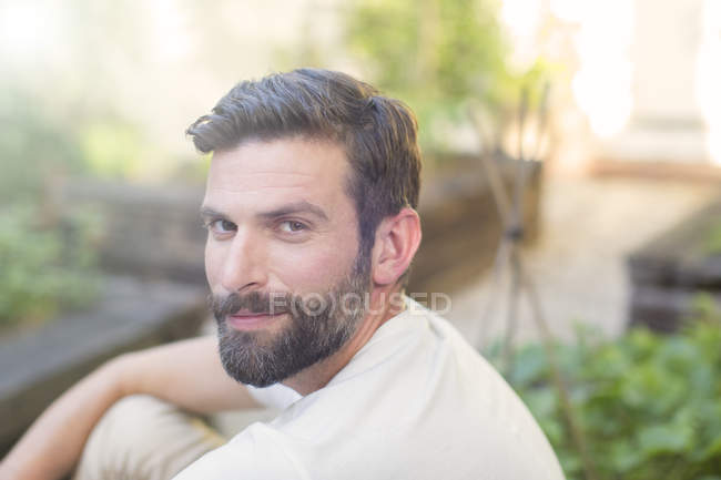 Крупним планом чоловік посміхаючись у дворі — стокове фото