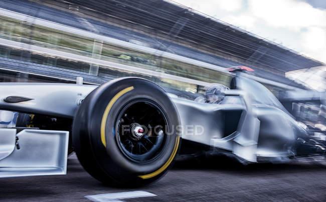 Rennwagen fahren auf Strecke — Stockfoto