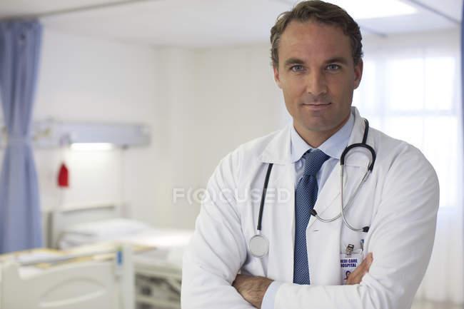 Médico em pé no quarto de hospital moderno — Fotografia de Stock
