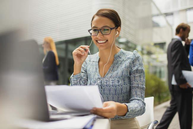 Businesswoman at desk talking on headset in modern office building — Stock Photo