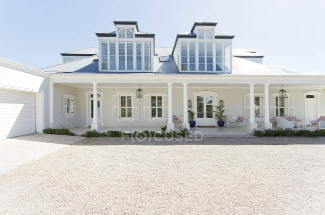 Driveway of luxury house outside during daytime — Stock Photo