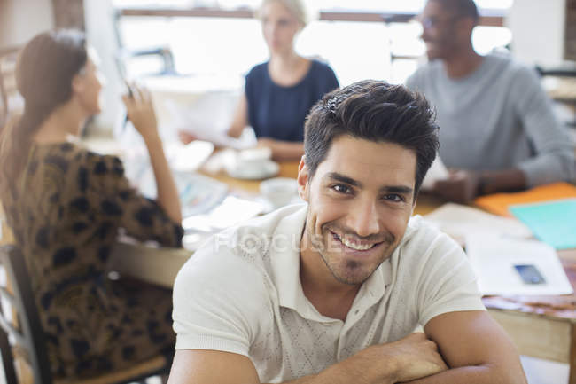 Hombre de negocios sonriendo en la reunión en la cafetería - foto de stock