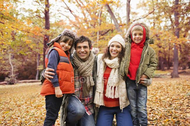 Familia caucásica sonriendo juntos en el parque - foto de stock