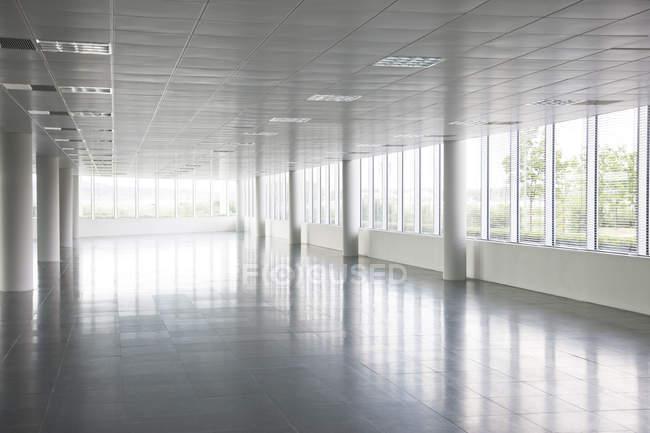 Pilastri in un edificio vuoto per uffici — Foto stock