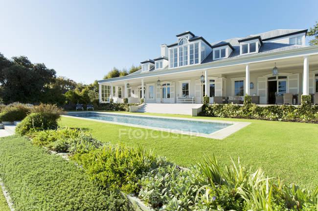 Luxury house facing swimming pool — Stock Photo
