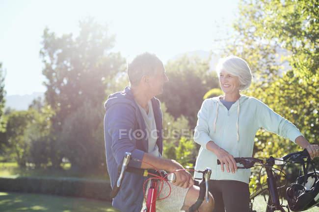 Coppia di anziani caucasici con biciclette nel parco — Foto stock
