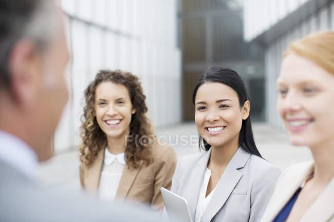Falando de pessoas de negócios a sorrir — Fotografia de Stock
