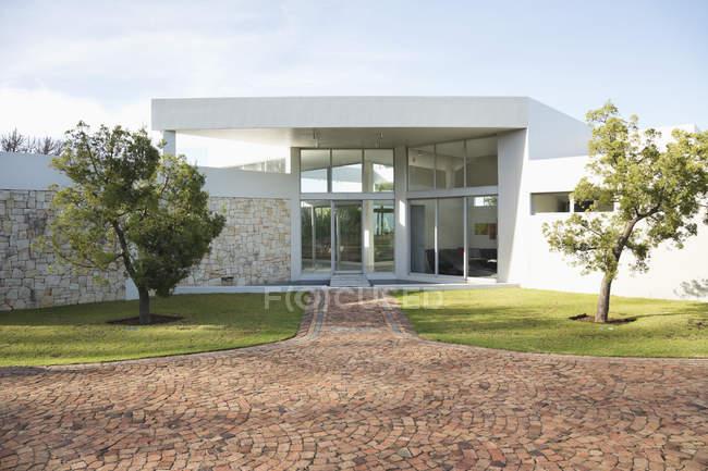 Passarela de pedra para a casa moderna durante o dia — Fotografia de Stock