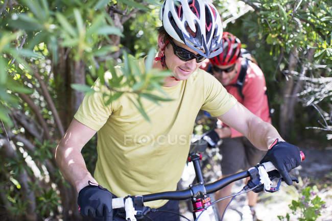 Два горных велосипедиста в сельской местности — стоковое фото