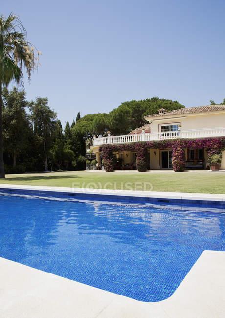 Роскошный бассейн и испанская вилла — стоковое фото