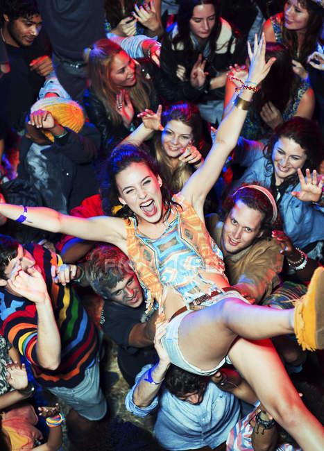 Ентузіазм жінка натовп серфінгу на фестивалі музики — стокове фото