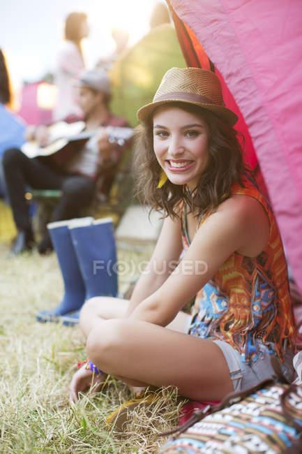 Porträt einer lächelnden Frau im Zelt beim Musikfestival — Stockfoto