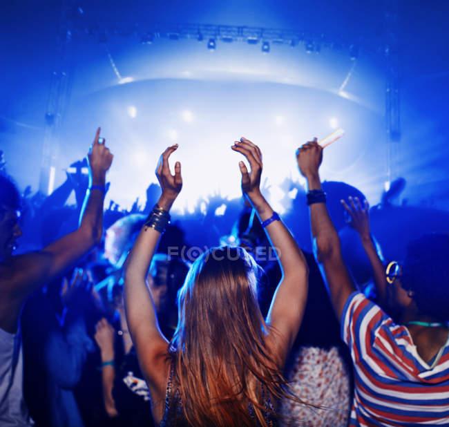 Болельщики танцуют и аплодируют на музыкальном фестивале — стоковое фото