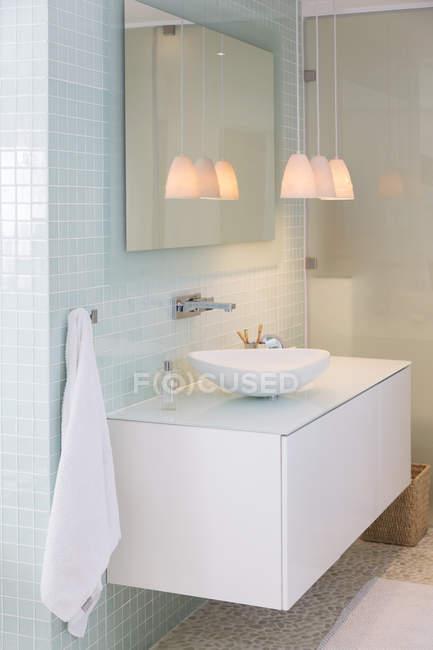 Pia, espelho e lâmpadas na casa de banho moderna — Fotografia de Stock