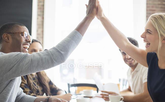 Fiving alta di persone di affari alla riunione in caffè — Foto stock