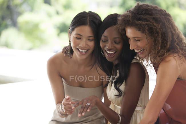 Jeune attrayant femme montrant bague de fiançailles — Photo de stock
