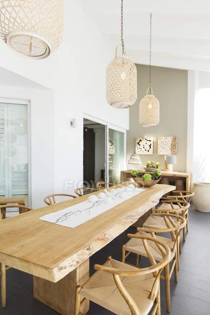 Ліхтарі, що нависла над дерев'яний стіл — стокове фото