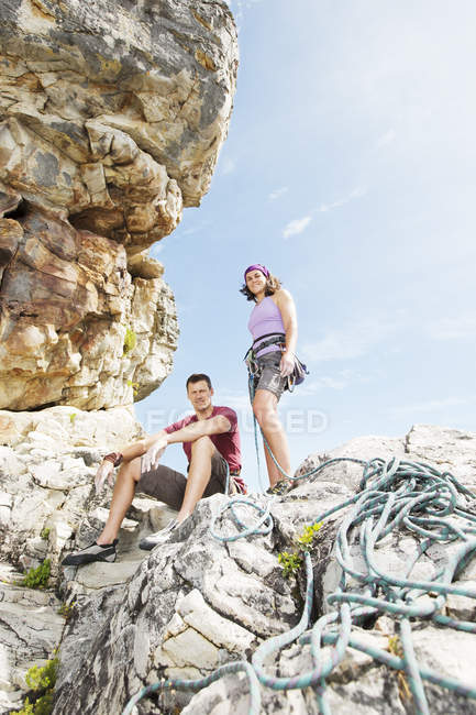 Two climbers with rope on rock formation — Stock Photo