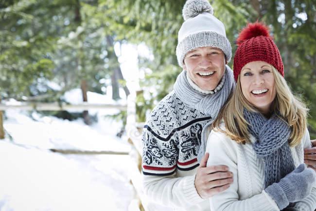 Heureux caucasien couple câlin dans neige — Photo de stock