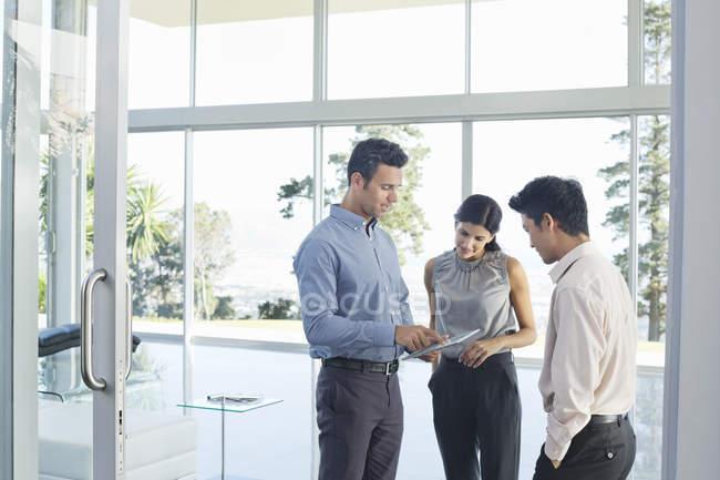 Gente de negocios usando Tablet PC en la oficina moderna - foto de stock