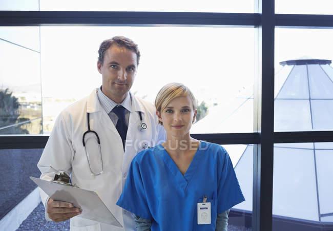 Médico e enfermeira pela janela — Fotografia de Stock