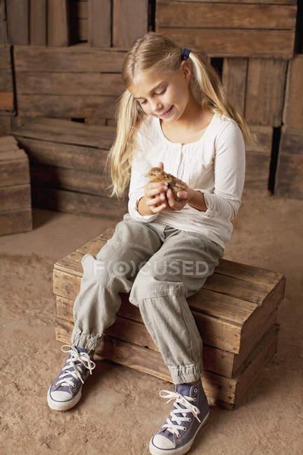 Mädchen halten Küken in der Scheune — Stockfoto