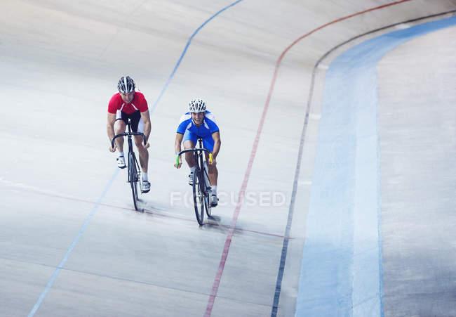 Велогонщики на велодроме — стоковое фото