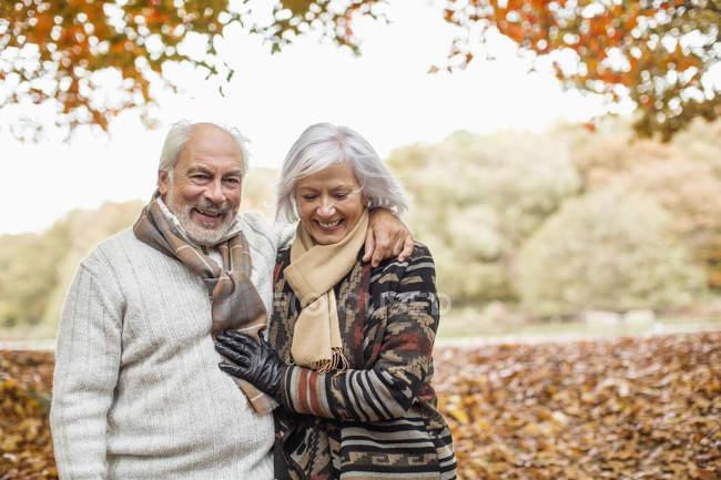 Anziani coppia caucasica a piedi nel parco — Foto stock