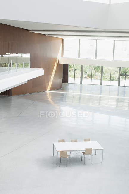 Table and chairs in empty office lobby — Stock Photo