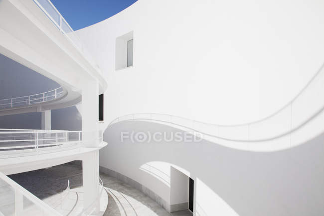 Shadow of curving elevated walkway on sunny wall — Stock Photo