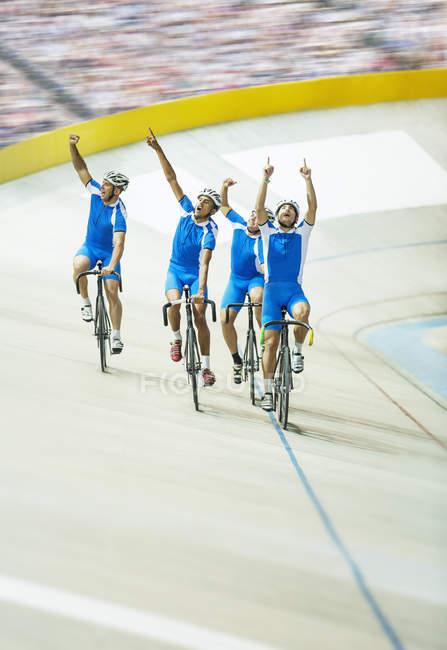 Команда по трековым велогонкам празднует на велодроме — стоковое фото