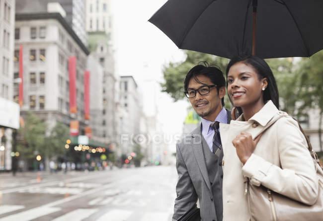 Les gens d'affaires marchent dans la rue — Photo de stock