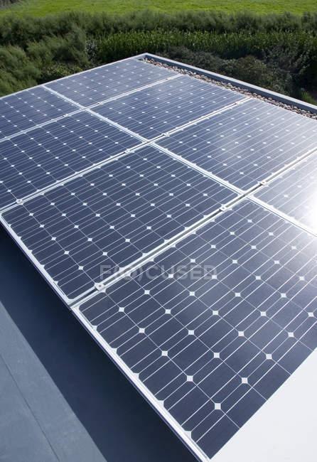 Крупним планом сонячних панелей на відкритому повітрі — стокове фото