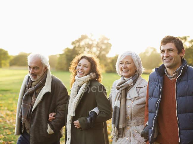 Famiglia felice che cammina insieme nel parco — Foto stock