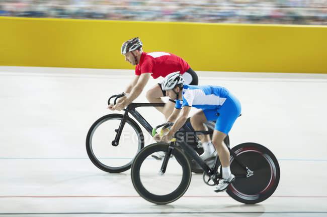 Bahnradfahrer Rennen im Velodrom — Stockfoto