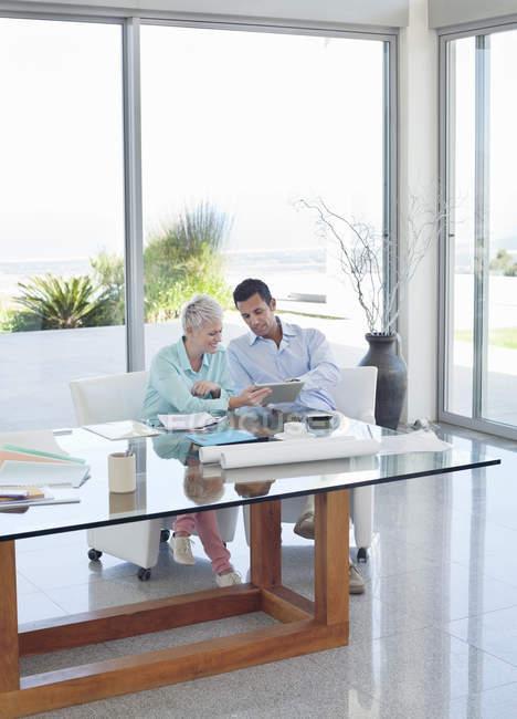 Gente de negocios hablando en escritorio de oficina moderno - foto de stock