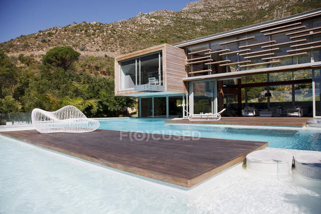 Facciata della casa moderna e piscina — Foto stock