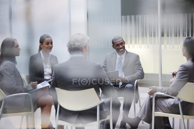 Ділові люди, зустрічі в офісі в сучасному офісі — стокове фото