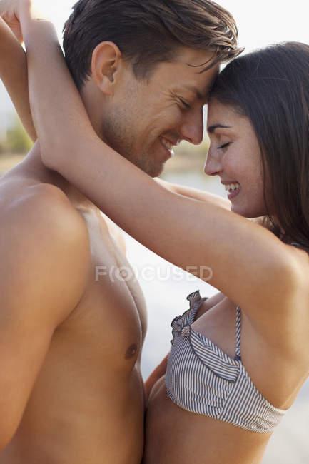 Close up di coppia sorridente abbracciare faccia a faccia — Foto stock