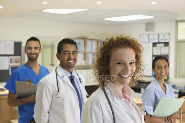 Médicos e enfermeira sorrindo no hospital moderno — Fotografia de Stock