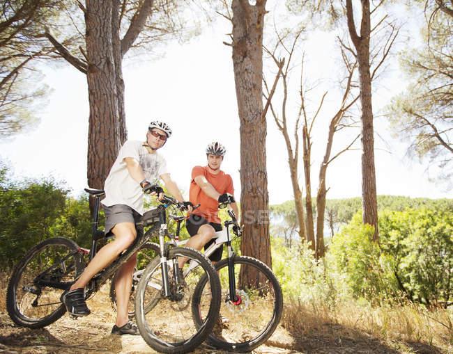 Два взрослых горных велосипедиста на грунтовой дорожке — стоковое фото