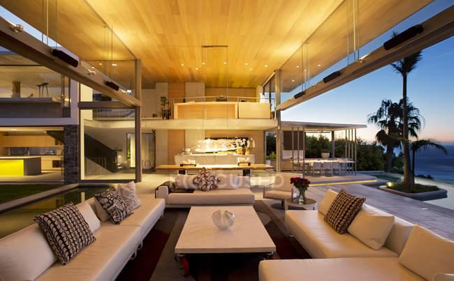 Диваны и стол в современной гостиной — стоковое фото