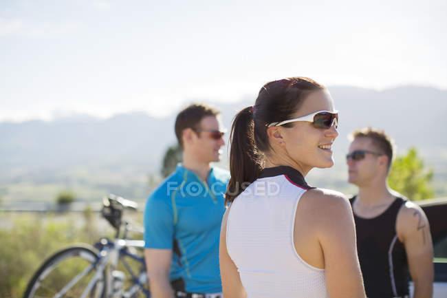 Велогонщики разговаривают на сельской дороге — стоковое фото