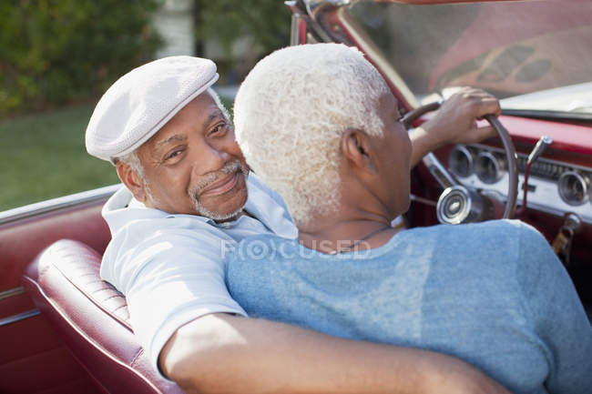 Coppia più anziana seduta in cabriolet — Foto stock