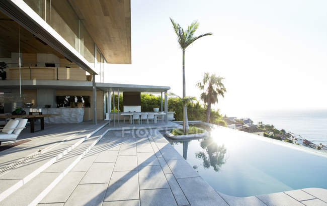 Palm trees in infinity pool — Stock Photo