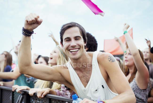 Uomo entusiasta tifo al festival di musica — Foto stock