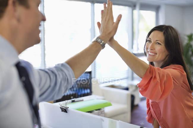 Fiving alto di persone di affari presso ufficio moderno — Foto stock