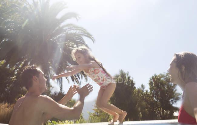 Famiglia felice che gioca in piscina — Foto stock