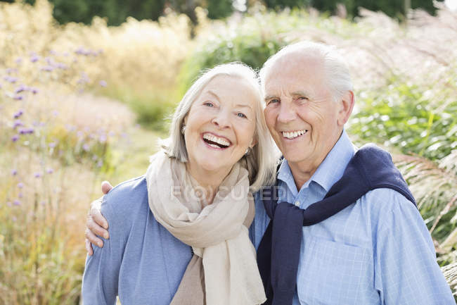 Older couple hugging outdoors — Stock Photo