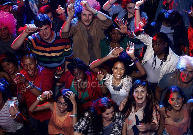 Вентилятори cheering в музичному фестивалі — стокове фото